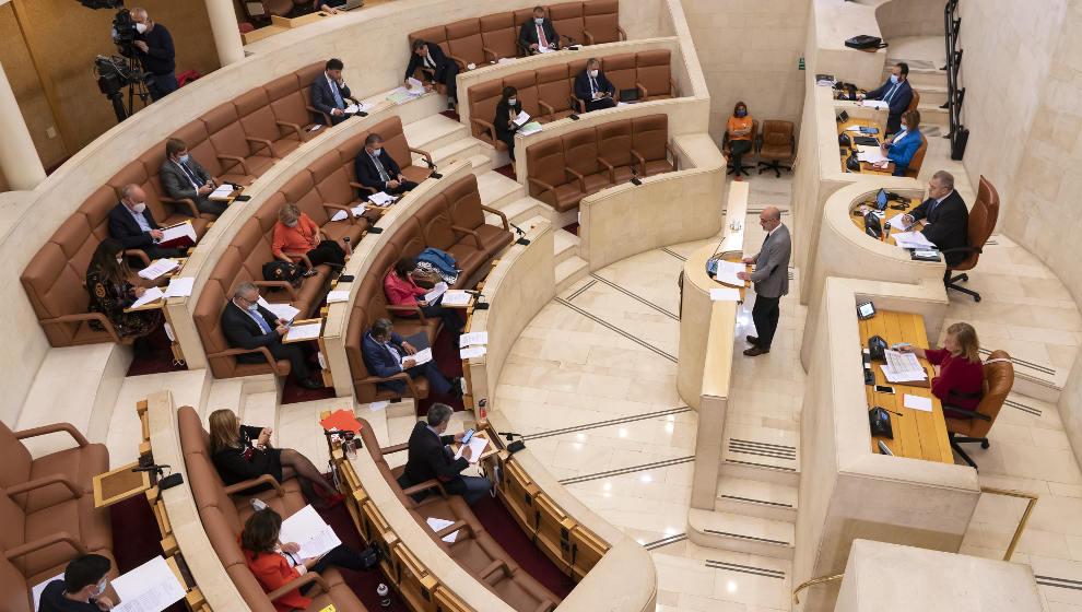 Pruebas COVID en farmacias, memoria histórica y defensa del castellano, a debate este lunes en el Parlamento