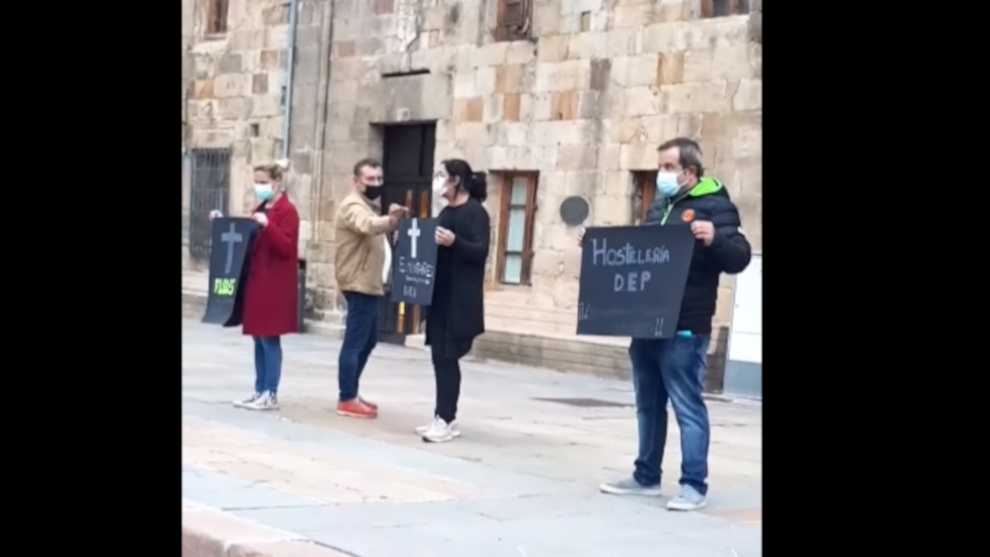 """Reinosa sale a la calle para reclamar ayudas a la hostelería y comercio: """"No nos dejéis morir. No podemos más"""""""