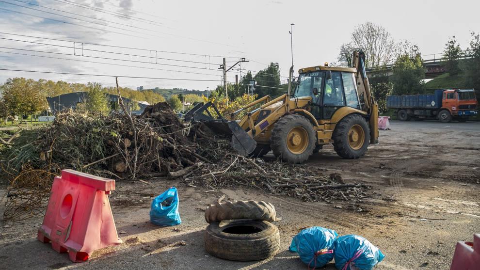 Torrelavega retira 95 toneladas de árboles arrastrados, basura y plástico del Saja-Besaya