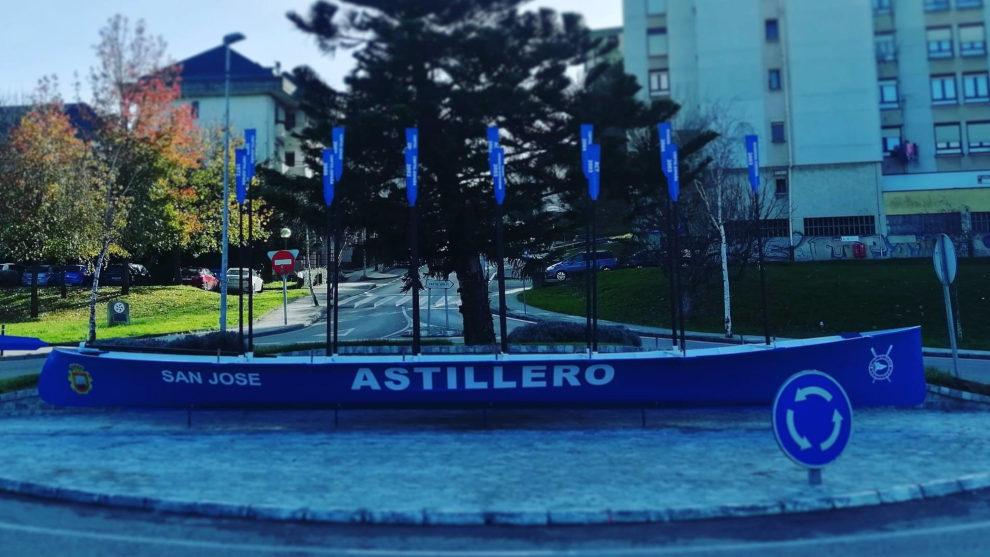 El Ayuntamiento rinde homenaje al mundo del remo con una trainera en una rotonda