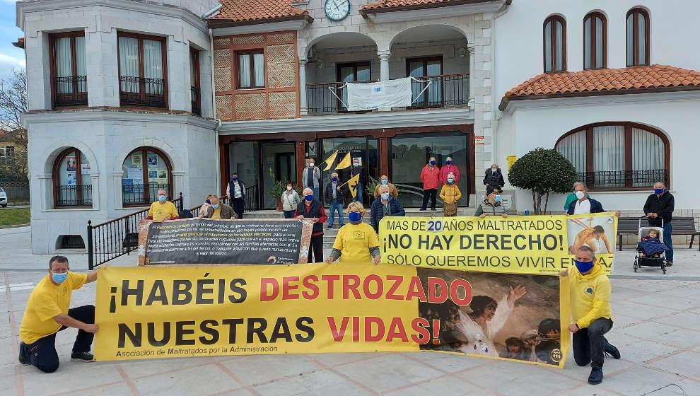 """Los afectados por sentencias de derribo se concentran en Argoños para exigir """"no más engaños"""""""