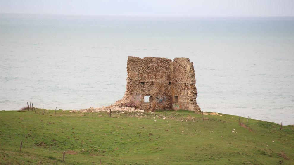 Se derrumba parte de un muro de la torre de San Telmo de Ubiarco