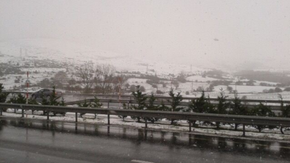 Continúan cerrados por nieve Lunada, Estacas de Trueba y La Sía