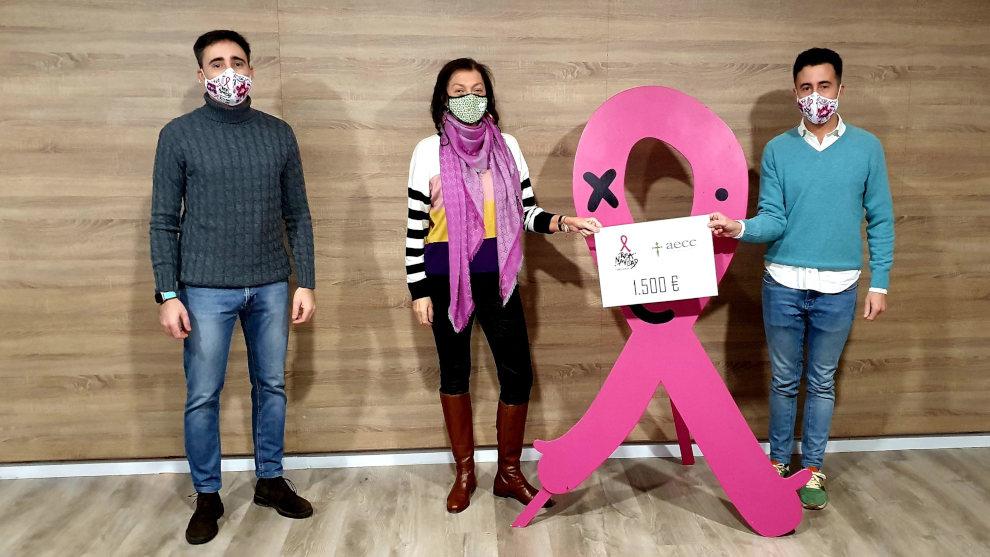 La Asociación Rosa Navidad entrega 1.500 euros a la AECC