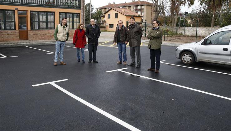 El consejero de Obras Públicas, José María Mazón, visita el nuevo parking de Cabezón de la Sal