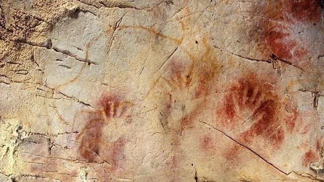 Manos en negativo sobre la roca, ponían la mano en la piedra y soplaban el pigmento por encima, dejando la forma de la mano rodeada de un halo rojo