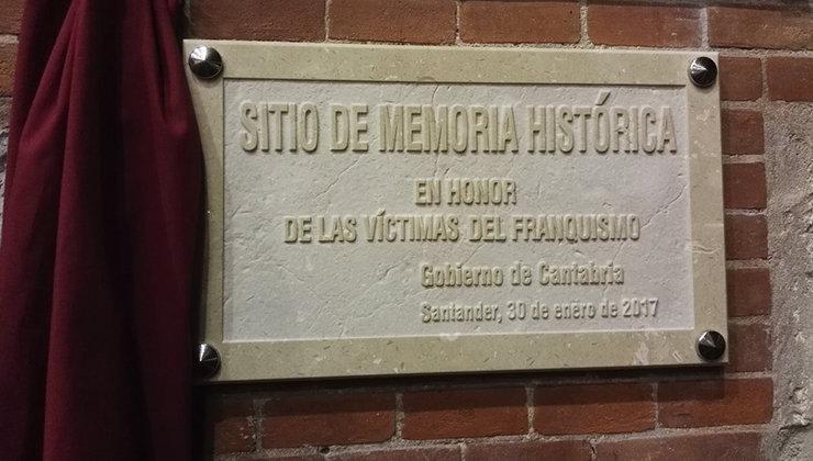 Lápida de piedra en memoria de las víctimas del franquismo