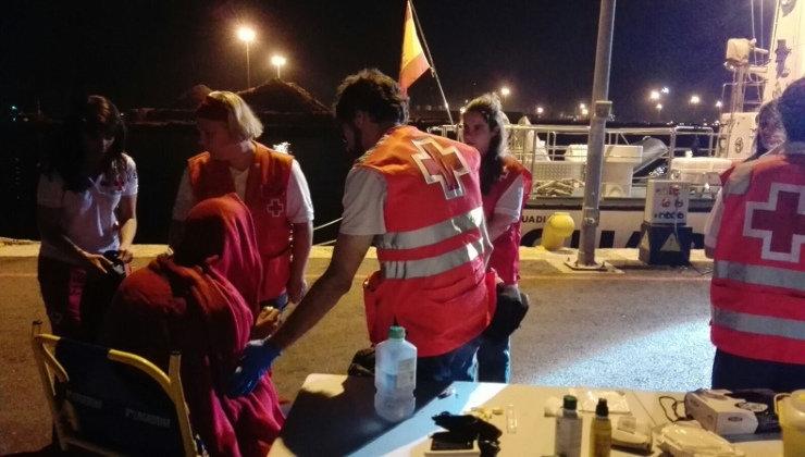 Cruz Roja atiende a un inmigrante