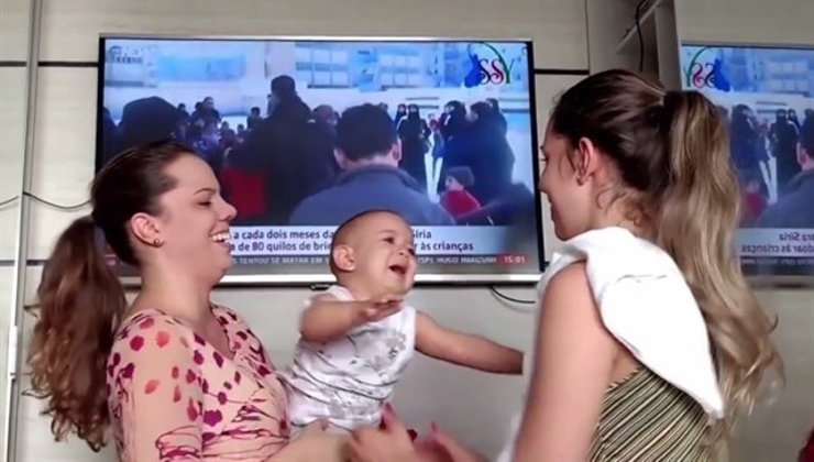 Este bebé no sabe distinguir a su madre de su hermana gemela y su indecisión es adorable
