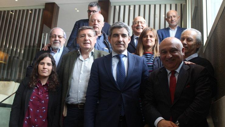Foto de familia del Club de Prensa Pick y el director general del Grupo Igualatorio, Pablo Corral. Foto: edc