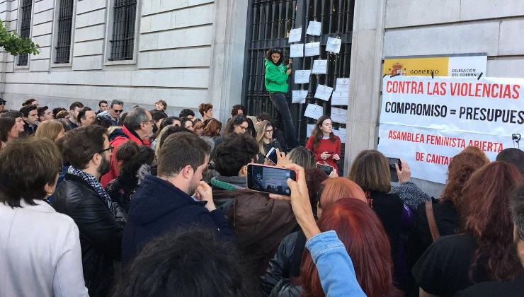 Los manifestantes han pegado la pancarta sobre el letrero de la Delegación del Gobierno en Cantabria