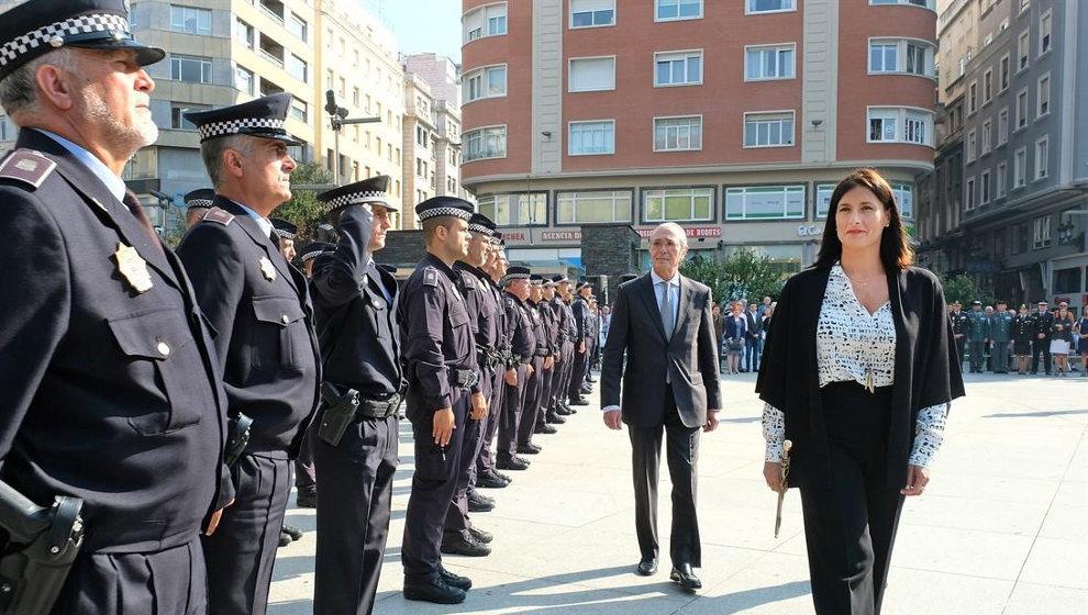 La alcaldesa, Gema Igual, y el concejal Pedro Nalda pasan revista a la Policía Local de Santander en la plaza del Ayuntamiento