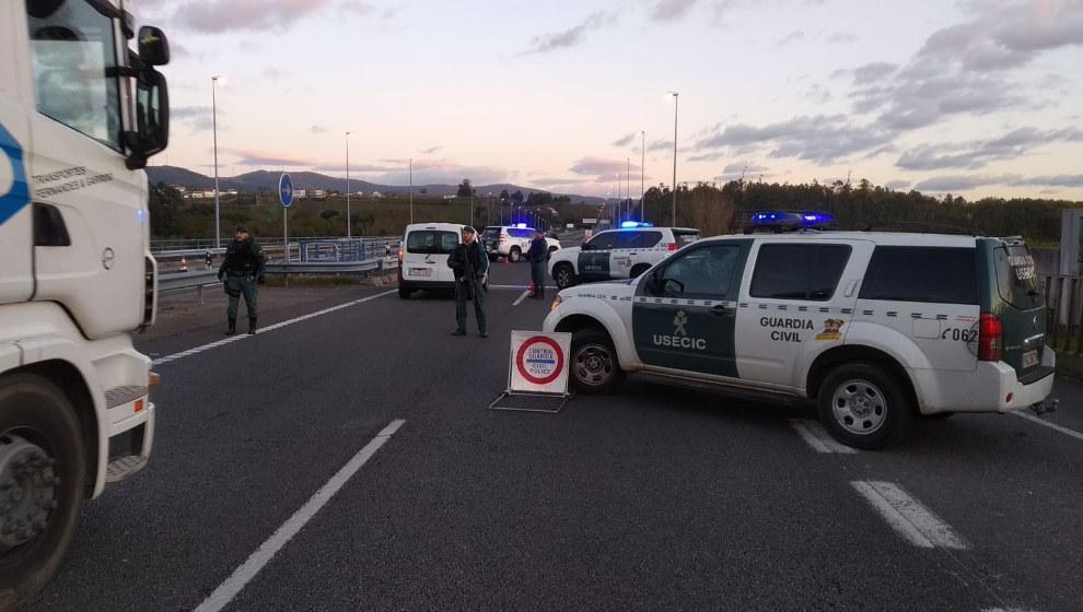 Un conductor se da a la fuga en un control policial e intenta ...