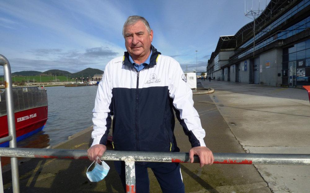 El armador Rubén Trueba en el puerto de Santoña
