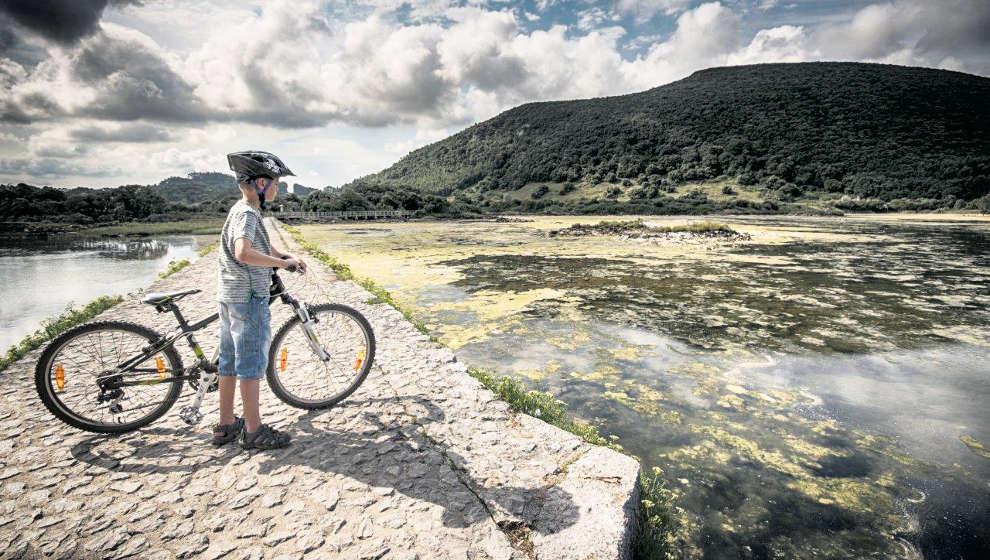 Escápate con tu bici y explora el Ecoparque de Arnuero