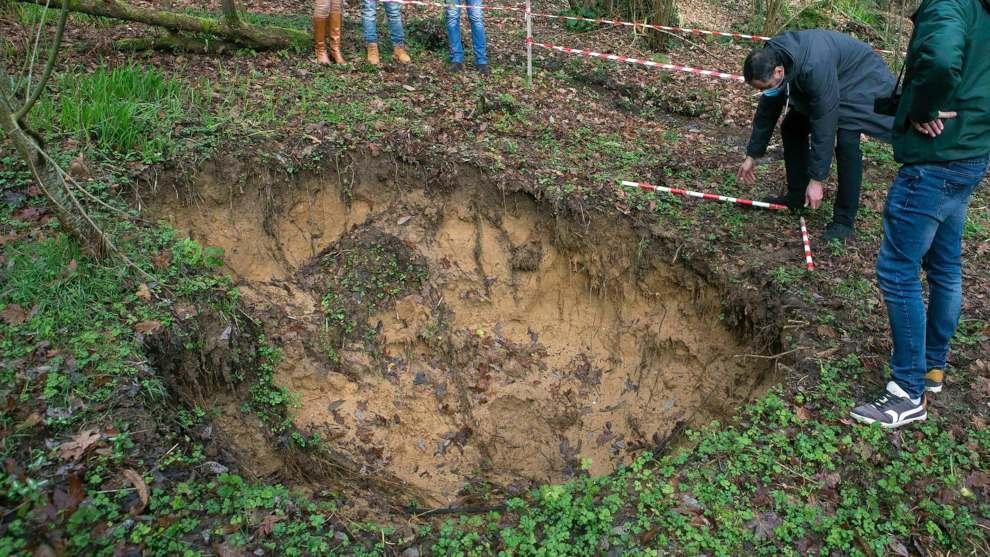 """""""Abrir zanjas, meter toneladas de pavimento, aplanar y desviar el agua"""", una obra sin licencia que amenaza al patrimonio prehistórico cántabro"""