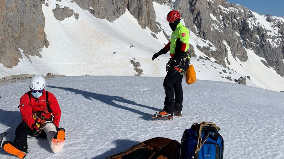 Doble rescate en helicóptero a dos excursionistas accidentados en Picos de Europa